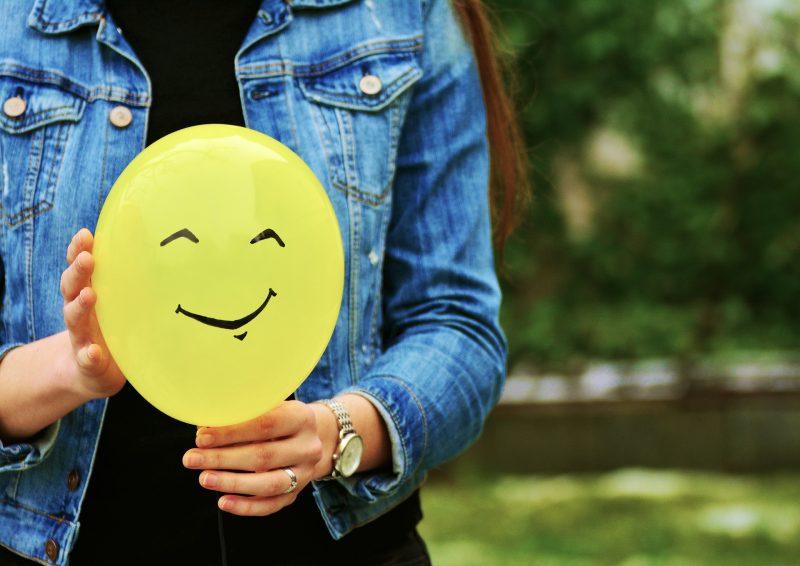 Foto Frau mit Smiley Ballon
